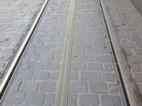Alstom在波尔多运营的APS有轨电车地面供电系统