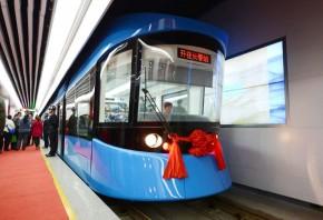 长客研制的100%低地板轻轨车2012年在长春运行
