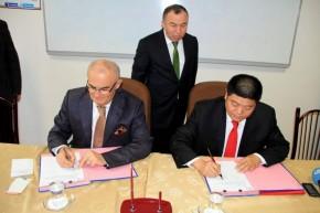 唐车公司董事长余卫平与土耳其萨姆松市共同签署有轨电车供货合同